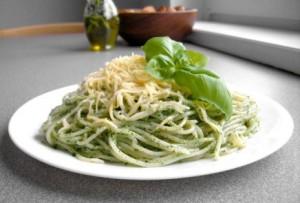 Спагетти Песто  в соусе и с куриной грудинкой