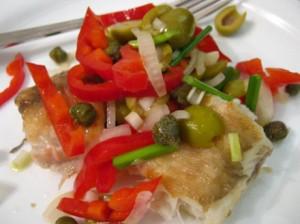 Обжареная рыба с салатом